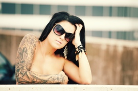 model med tatoveringer