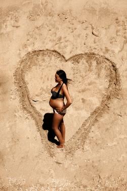 undedørs gravid fotografering ved strand